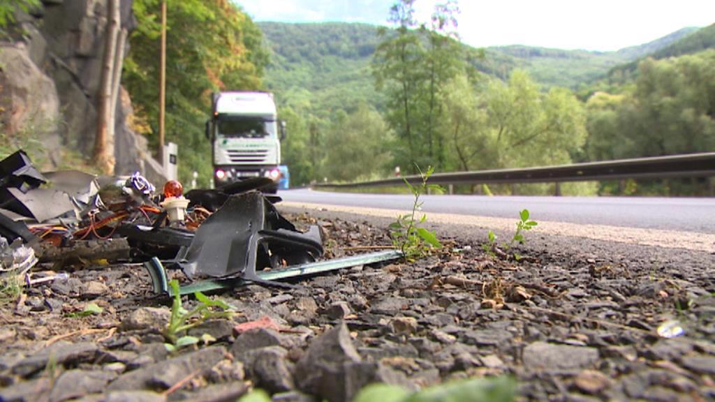 Zbytky dopravních nehod na kraji silnice