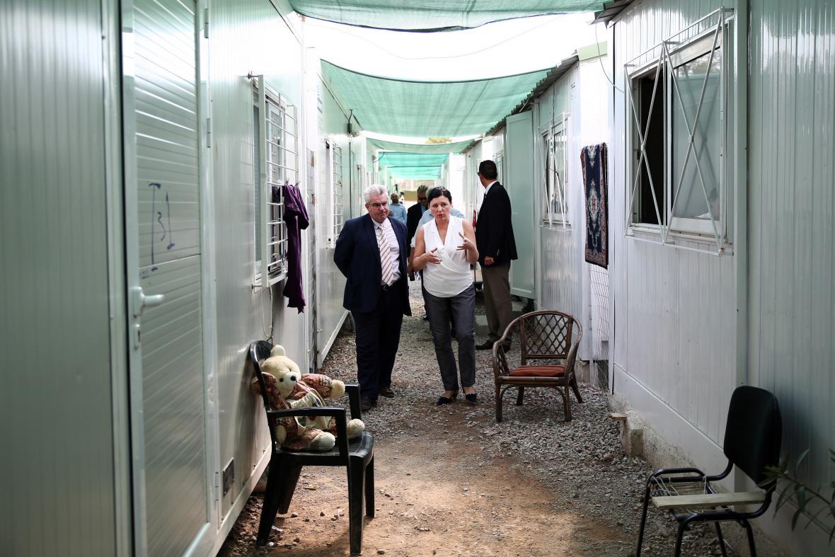 Jourová na návštěvě uprchlického tábora Eleonas