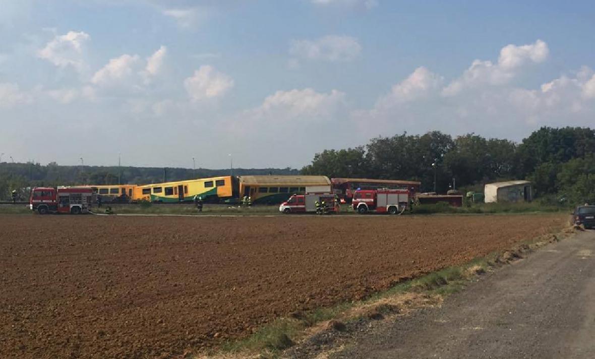 Vlak vykolejil nedaleko Vnorov. Na místo vyjelo třináct hasičských jednotek