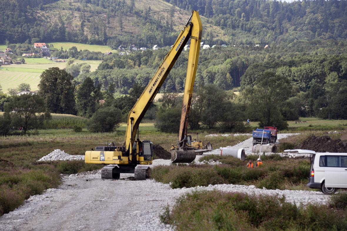 Z přehrady Olešná těží dělníci více než dvoumetrové nánosy bahna.