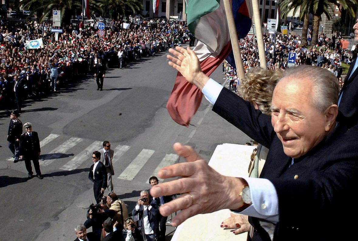 Italský prezident Carlo Azeglio Ciampi mává v roce 2006 davu při návštěvě svého rodného města Livorno