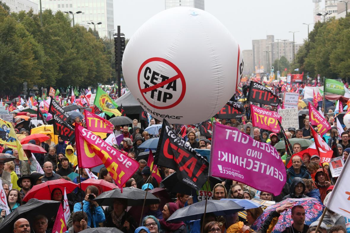 Protesty Němců proti obchodním smlouvám EU se zámořím