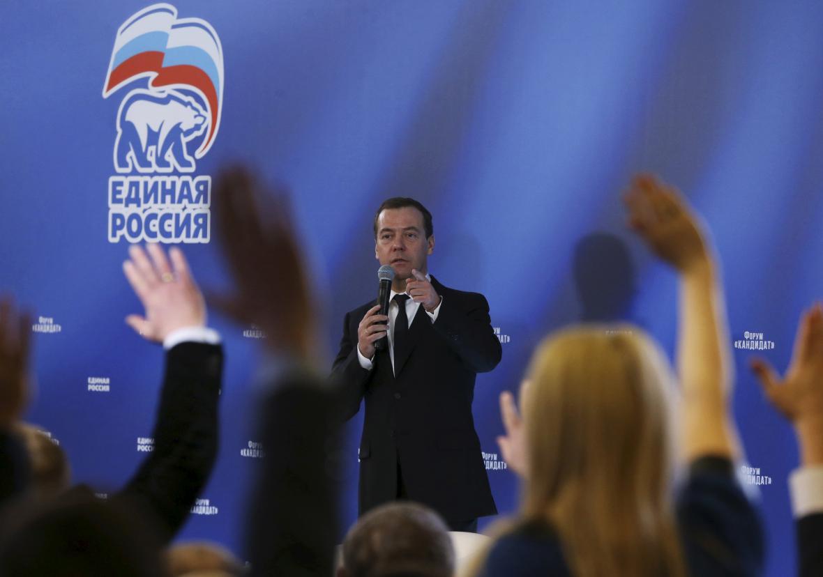 Premiér Dmitrij Medvěděv při odpovídání novinářům