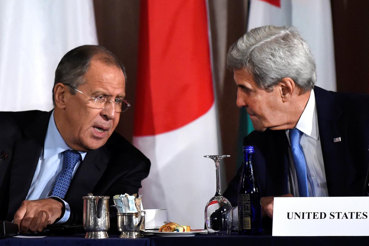 Sergej Lavrov a John Kerry po jednání v New Yorku