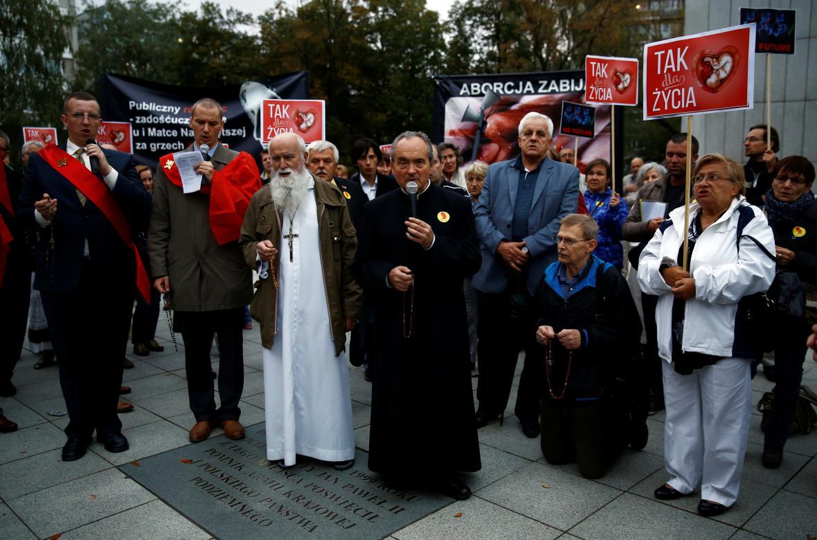 Odpůrci potratů před sídlem Sejmu