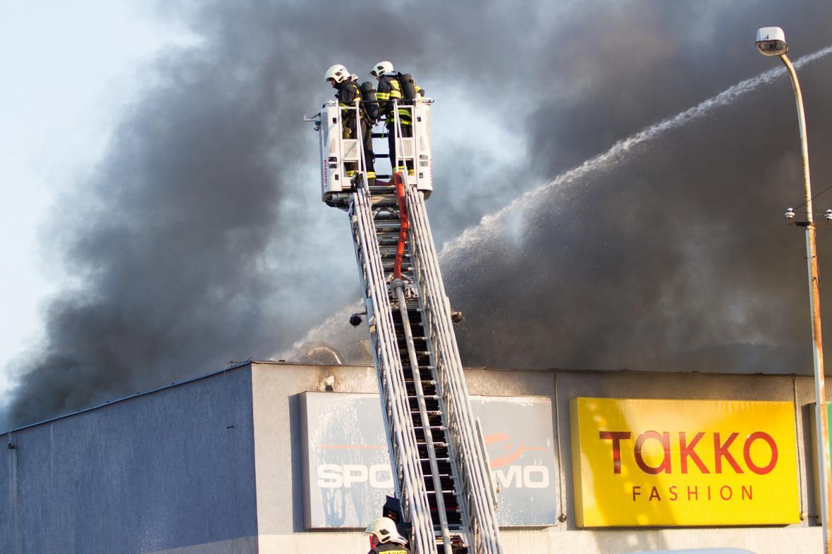 V Kopřivnici hořelo obchodní centrum