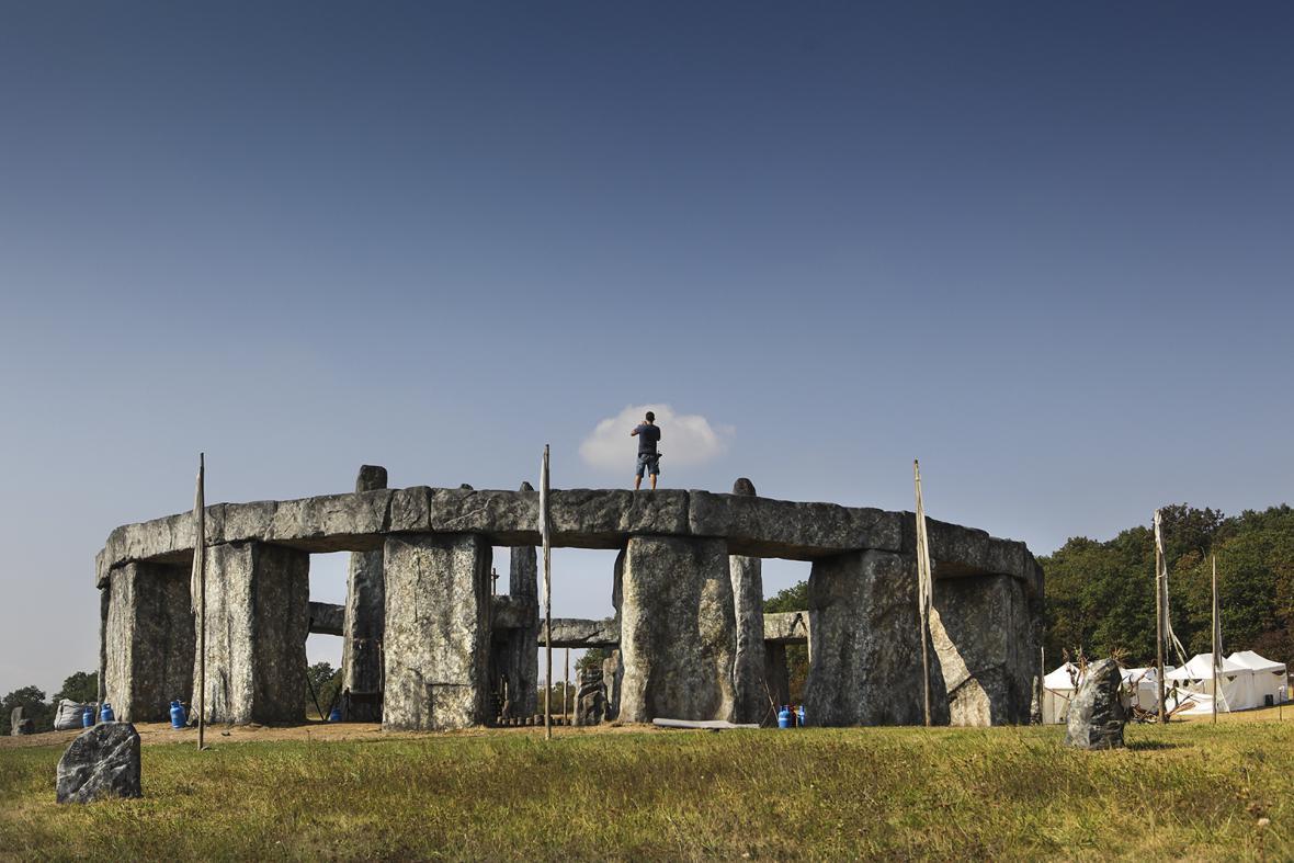 Obrazem: Stonehenge u Karlštejna a anglický středověk v lomu Amerika.