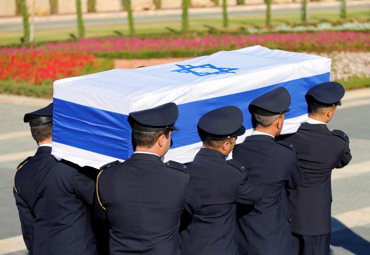 Smuteční průvod Peresovy rodiny se vydal od Knessetu na Herzlovu horu