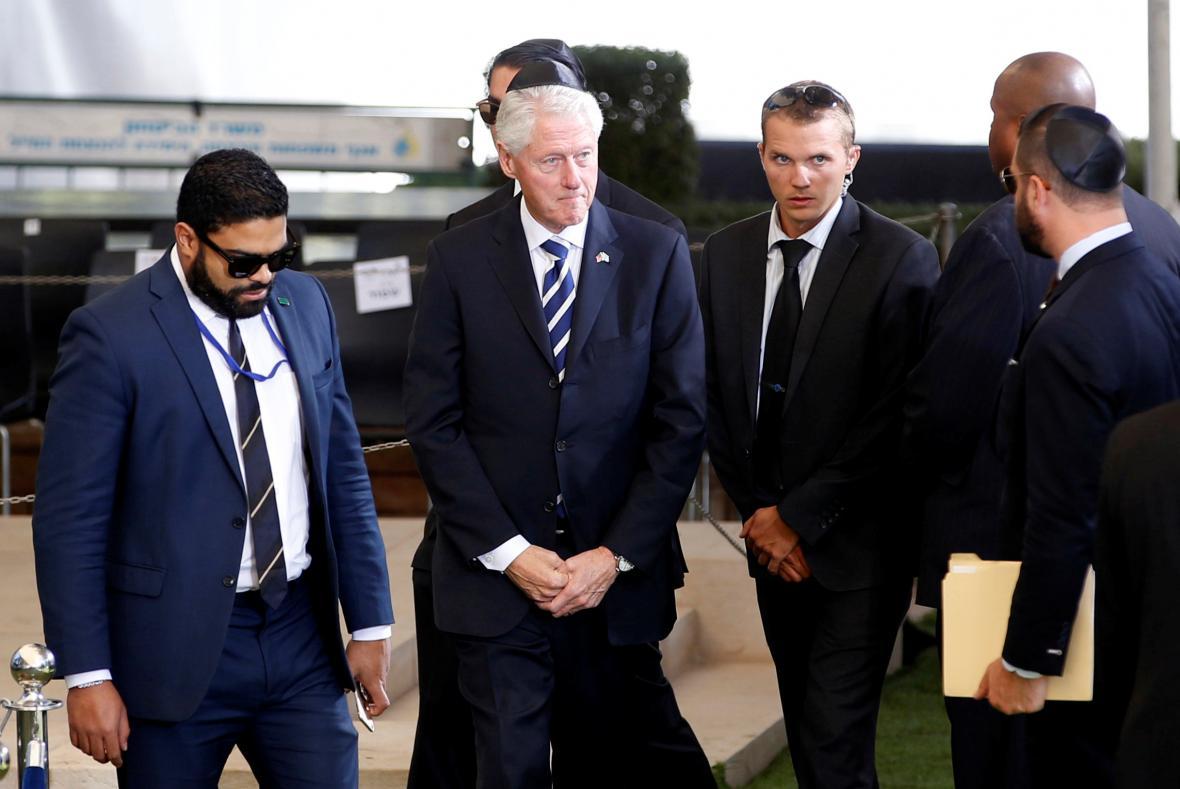 Smuteční hosté na Peresově pohřbu