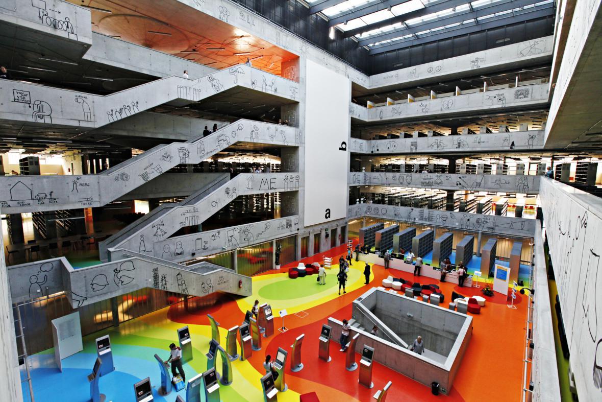 Ateliér Aleny Šrámkové navrhl fakultu architektury a informačních technologií (ČVUT) v Praze jako nadčasovou budovu s bohatostí vnitřních prostor. Návštěvníkům se otevře foyer, atria a všechny vnitřní ochozy budovy.