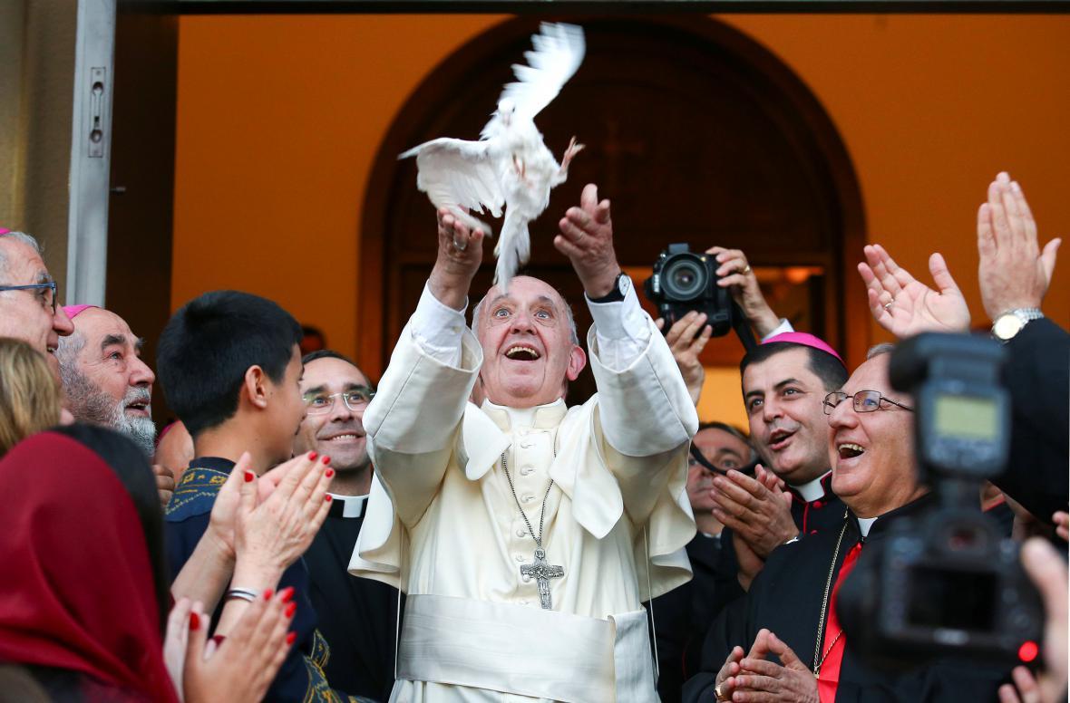 František vypustil v Tbilisi holubici
