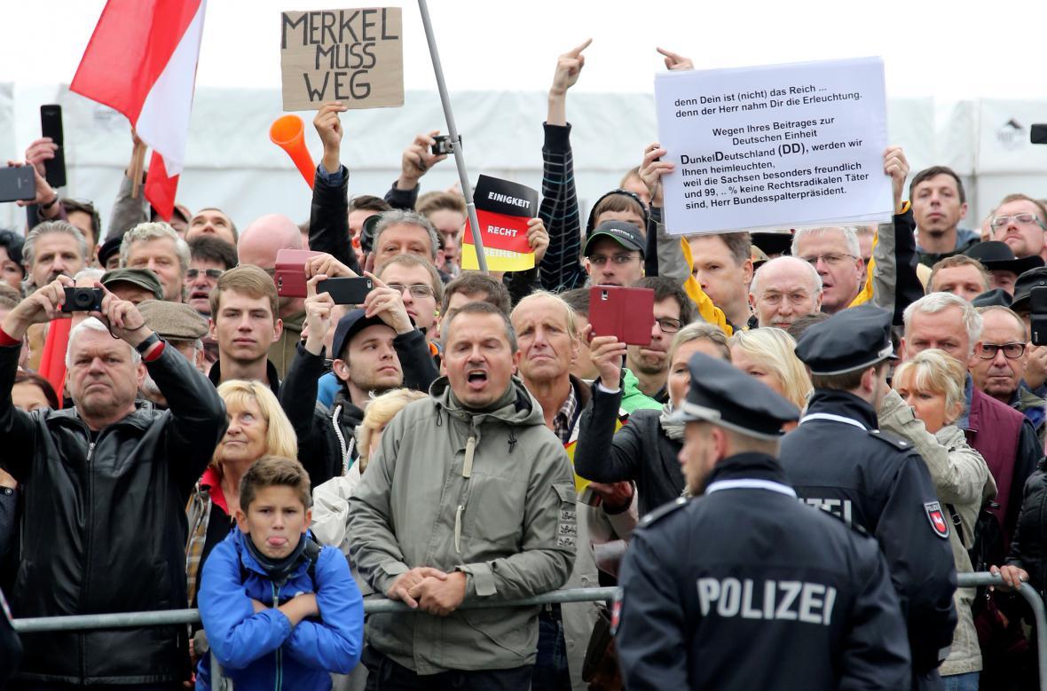 Protestující proti kancléřce a prezidentovi v Drážďanech