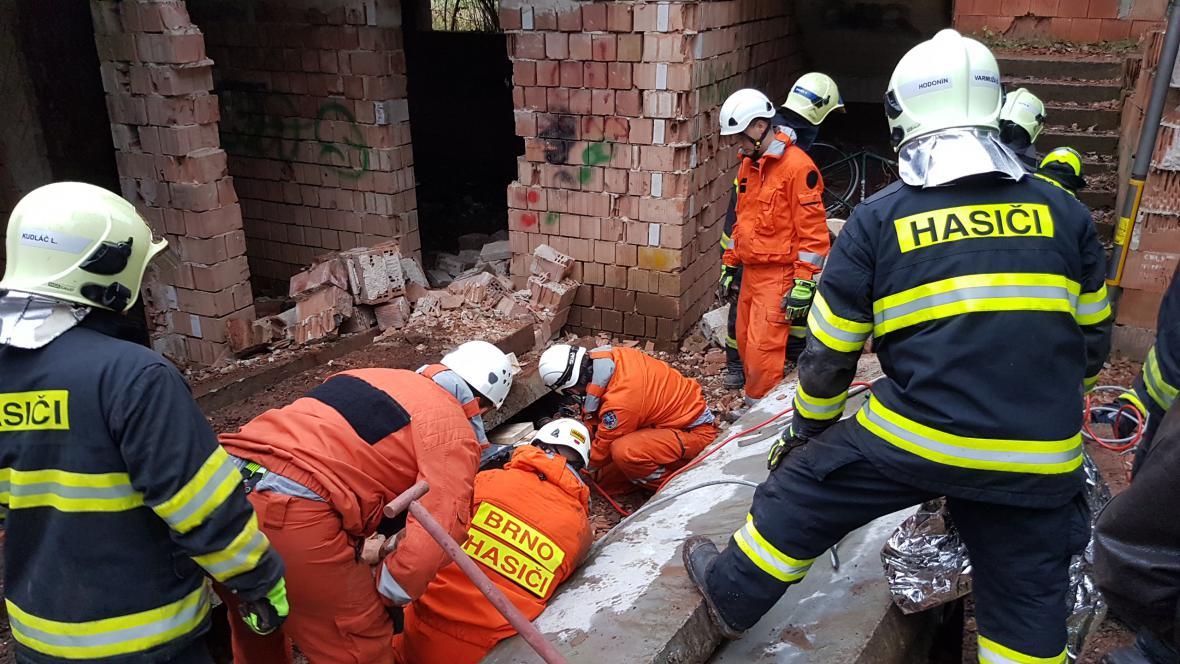 Chlapce hasiči vyprošťovali skoro dvě hodiny