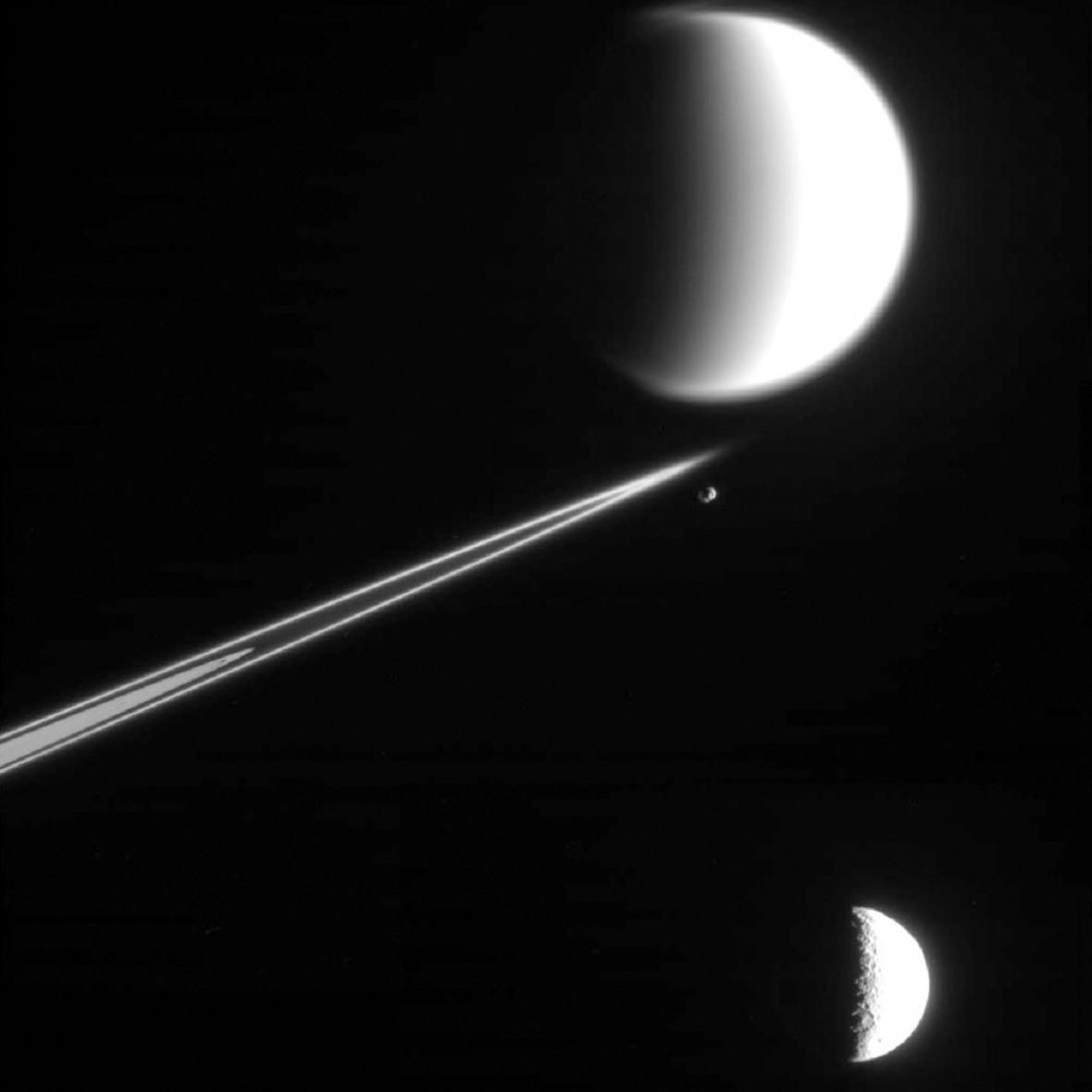 Saturnův měsíc Dione
