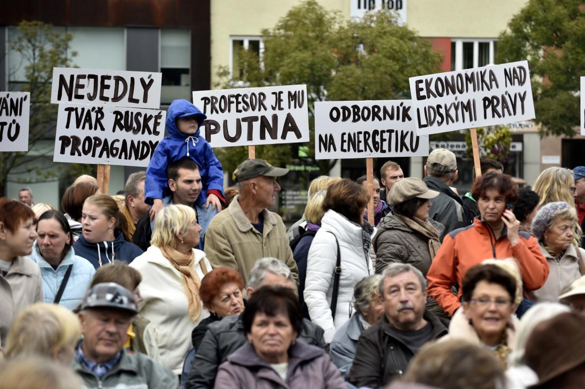 Protesty proti Miloši Zemanovi během jeho cesty na Zlínsko