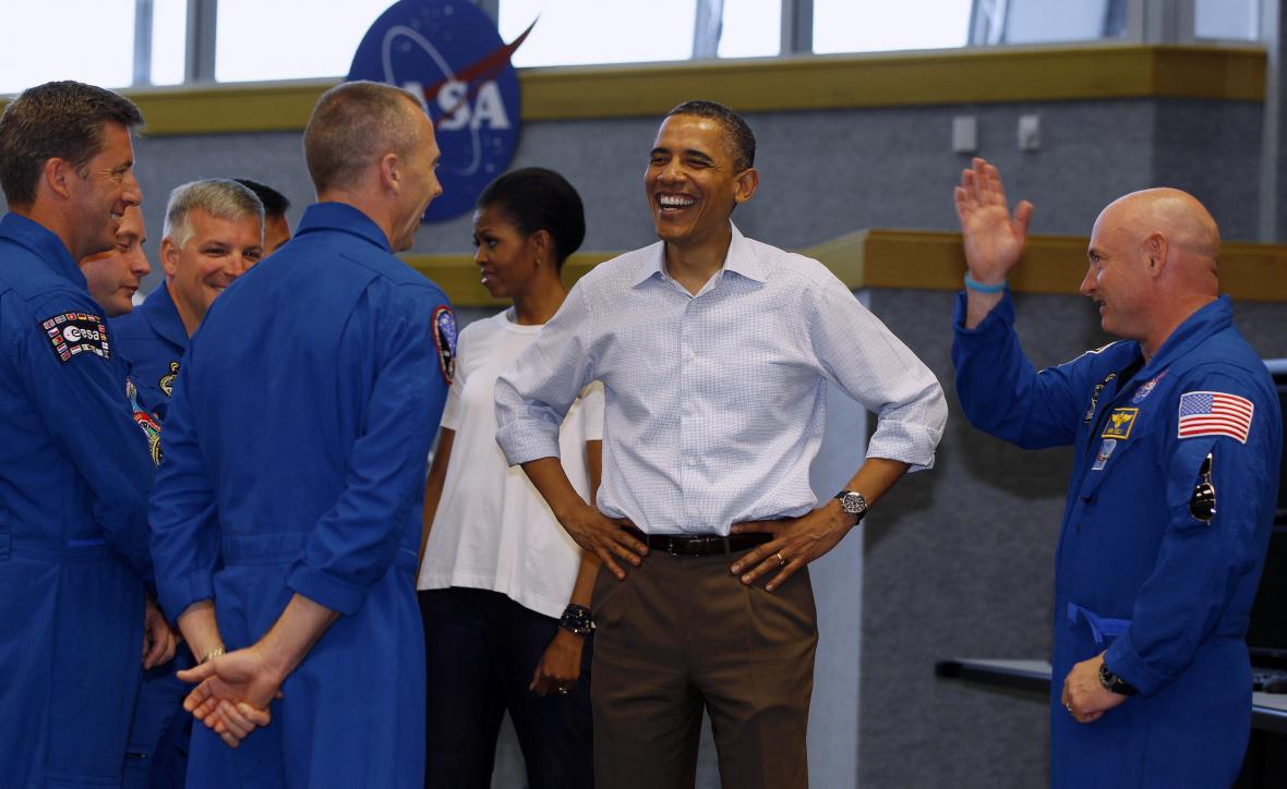 Americký prezident při setkání s posádkou astronautů z raketoplánu Endeavour na archivnín snímku z dubna 2011