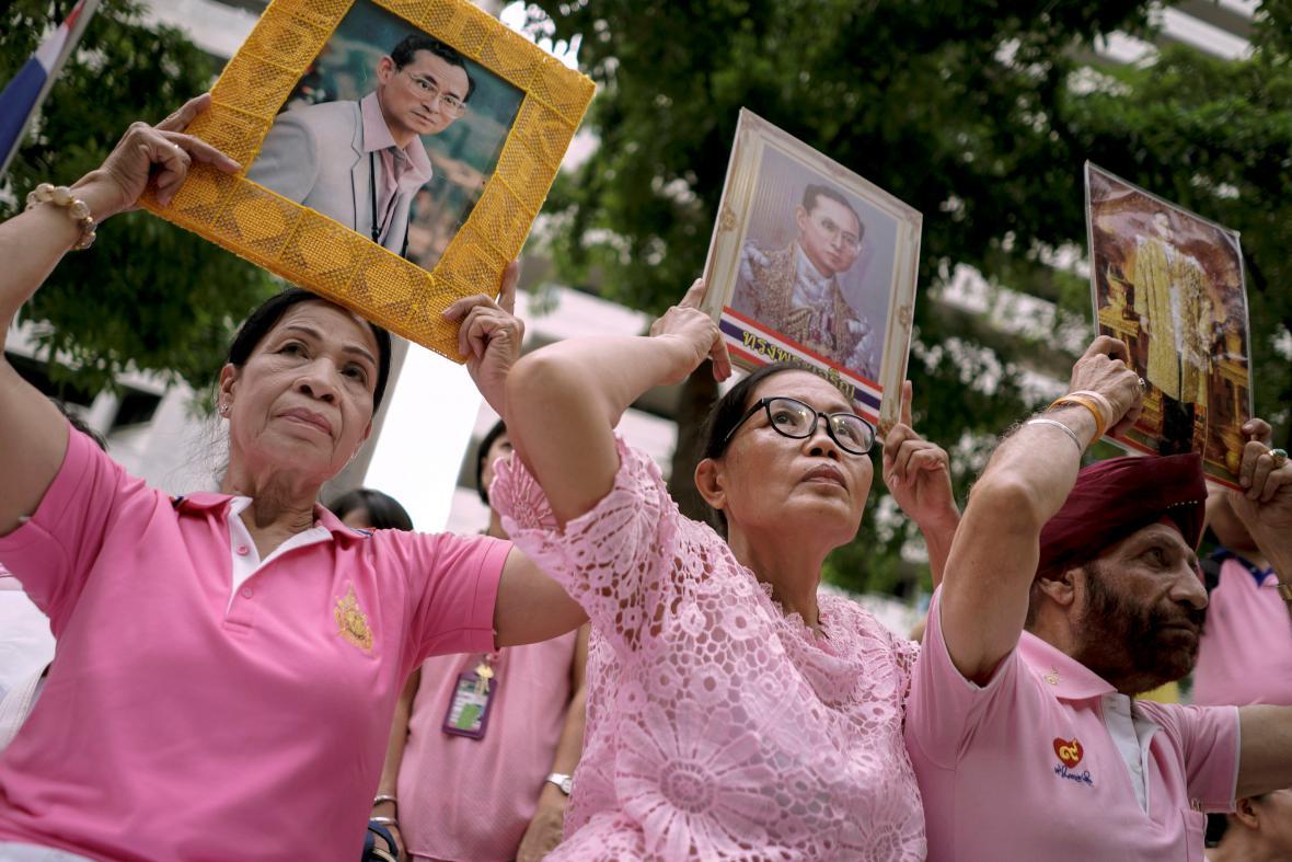 Thajci se modlí za svého krále