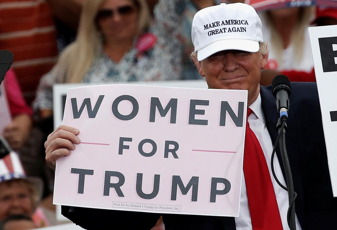 Donald Trump se na mítinku v Lakelandu snaží ukázat, že má podporu žen