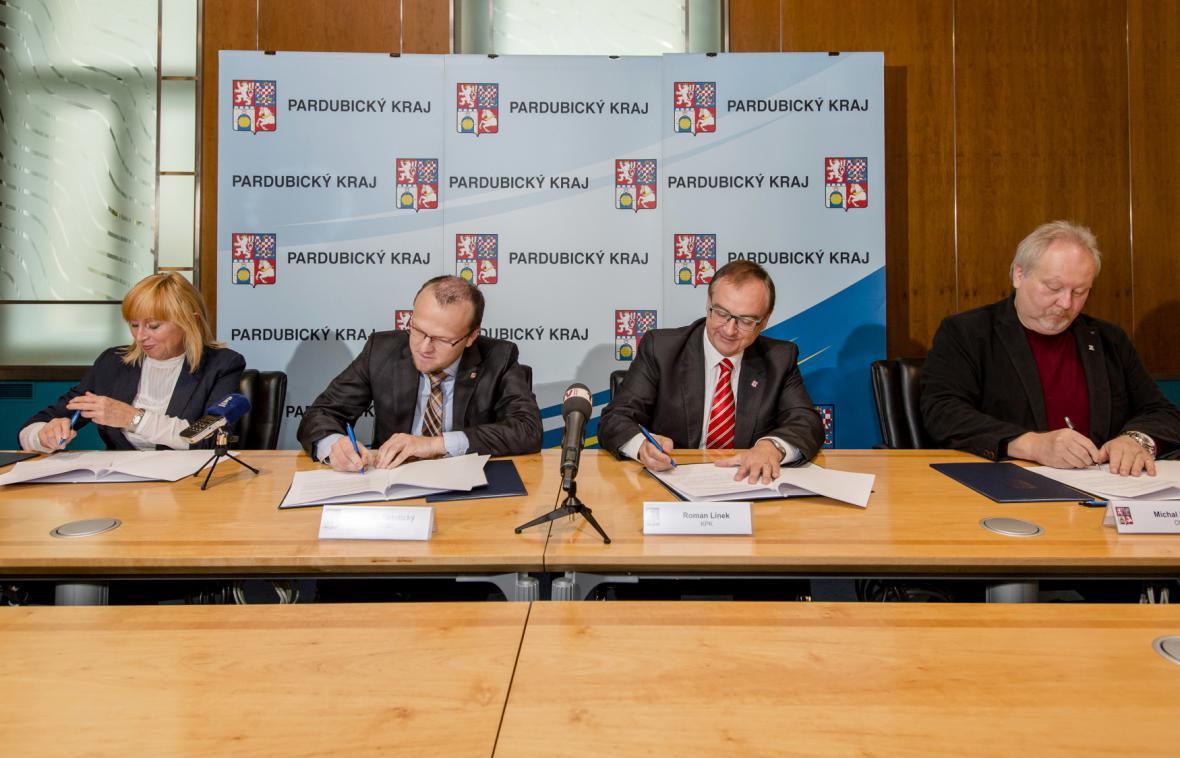 Zástupci koalice podepsaly smlouvu o spolupráci
