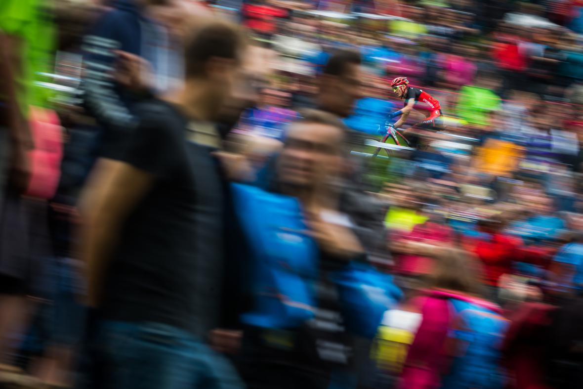 Nominace na 1. cenu v kategorii Aktualita (single). Jan Zátorský (Mafra), Paříž po teroristickém útoku z 13. listopadu 2015: Matka utěšuje svojí dceru před klubem Bataclan, na který den před tím zaútočili teroristé.