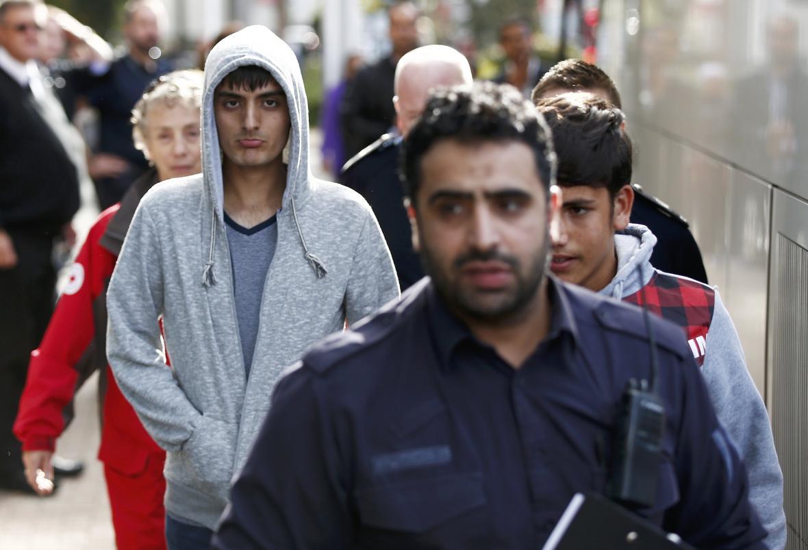 Do Británie dorazila první skupina nezletilých uprchlíků z Calais