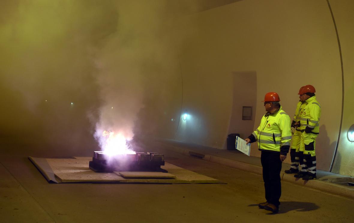 Zkušební požár na D8