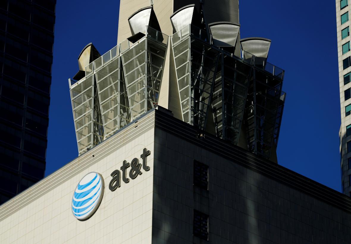Logo telekomunikační společnosti AT&T v centru Los Angeles