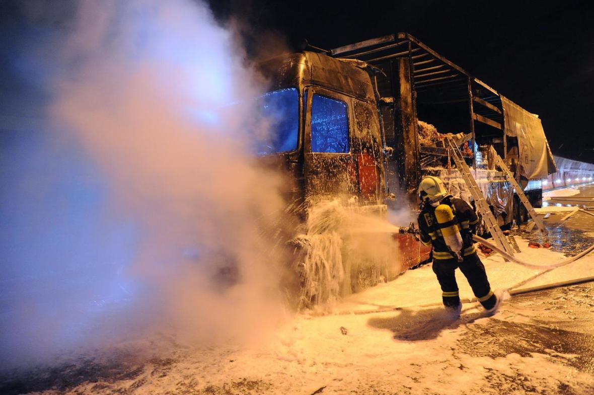 Požár kamionu v Lochkovském tunelu