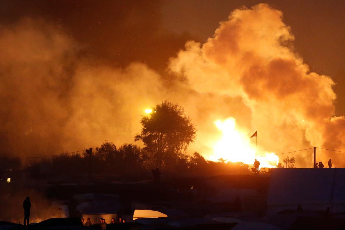 Oheň nad táborem u Calais