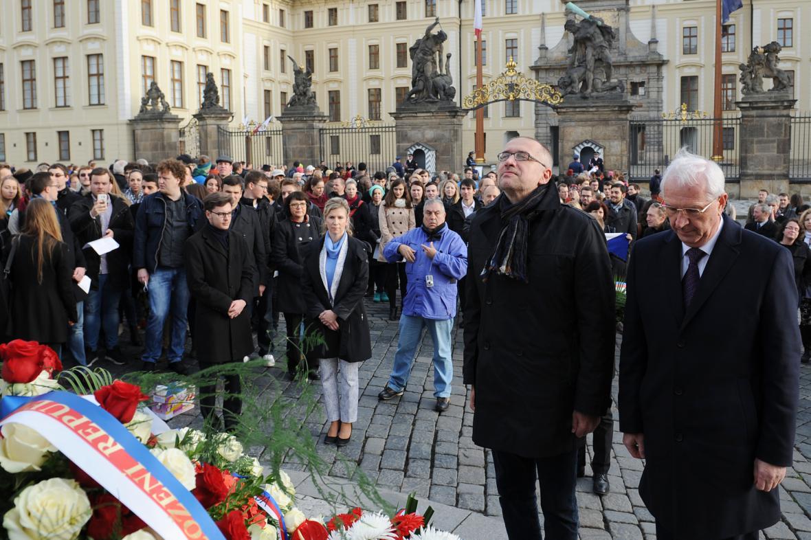 Rektor brněnské Masarykovy univerzity Mikuláš Bek u sochy T. G. Masaryka