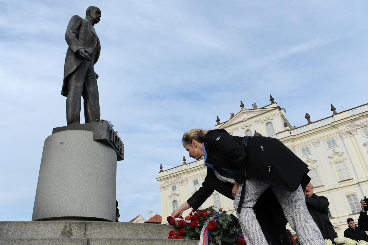 Ministryně školství Kateřina Valachová u sochy T. G. Masaryka