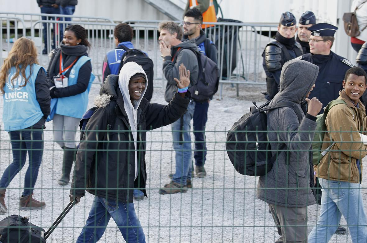 Nezletilí migranti z bývalého tábora u Calais