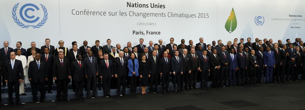 Společná fotografie hlav států na klimatickém summitu v Paříži
