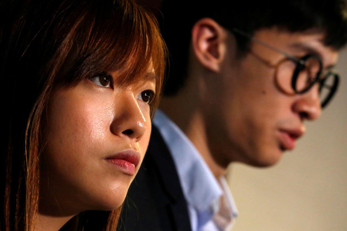 Peking zbavil dva hongkongské poslance funkcí