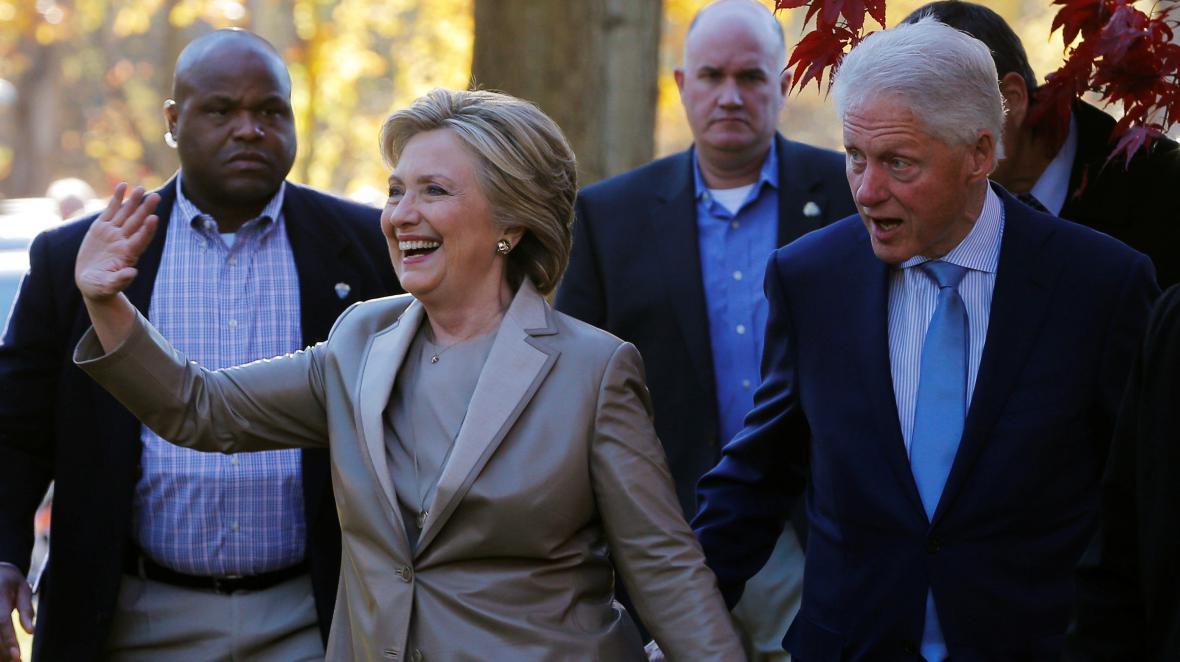 Hillary Clintonová s manželem a bývalým prezidentem Billem Clintonem po odevzdání hlasů