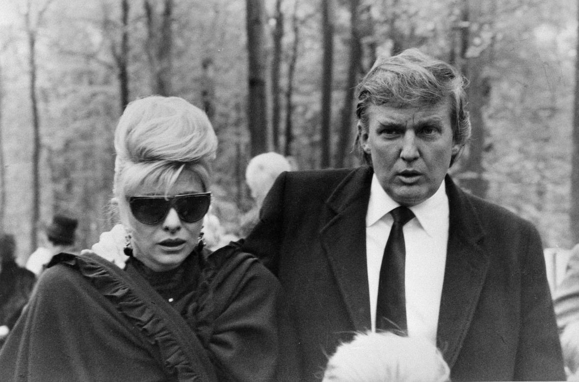 Ivana a Donald Trumpovi v roce 1990 ve Zlíně na pohřbu jejího otce