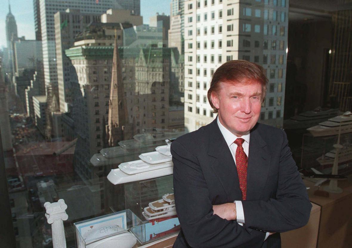 Donald Trump na snímku z roku 1996 ukazuje výhled ze své kanceláře