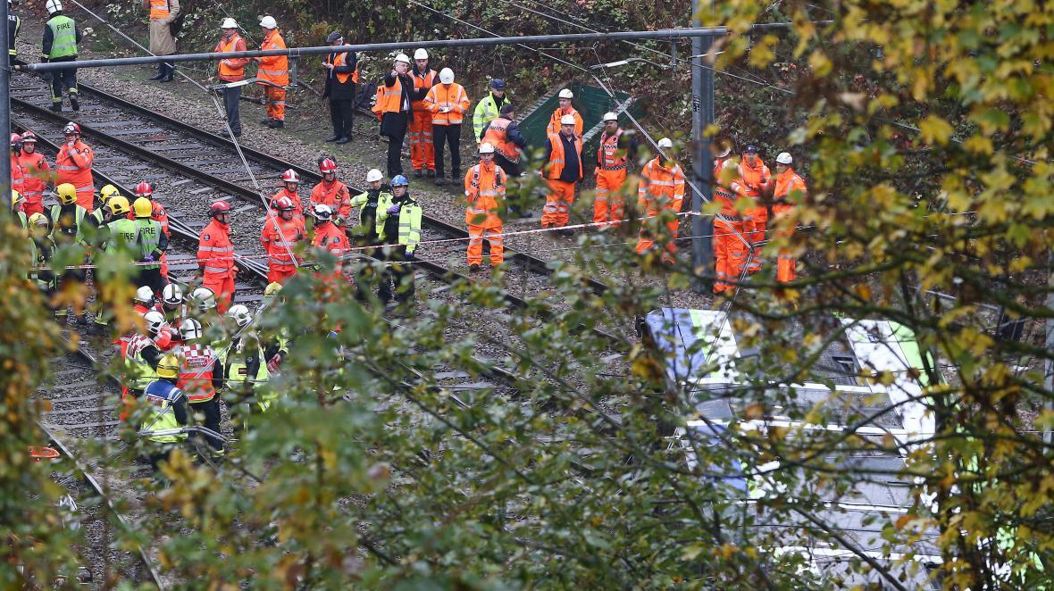 Záchranáři u převrácené tramvaje