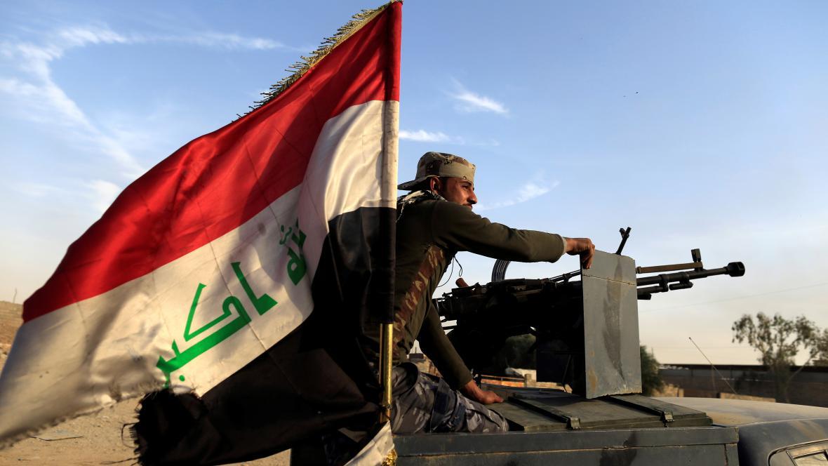 Příslušník iráckých vládních sil při boji o Mosul