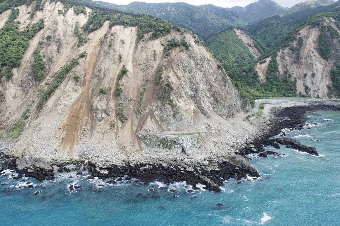 Pobřežní silnice téměř zmizela po sesutou půdou