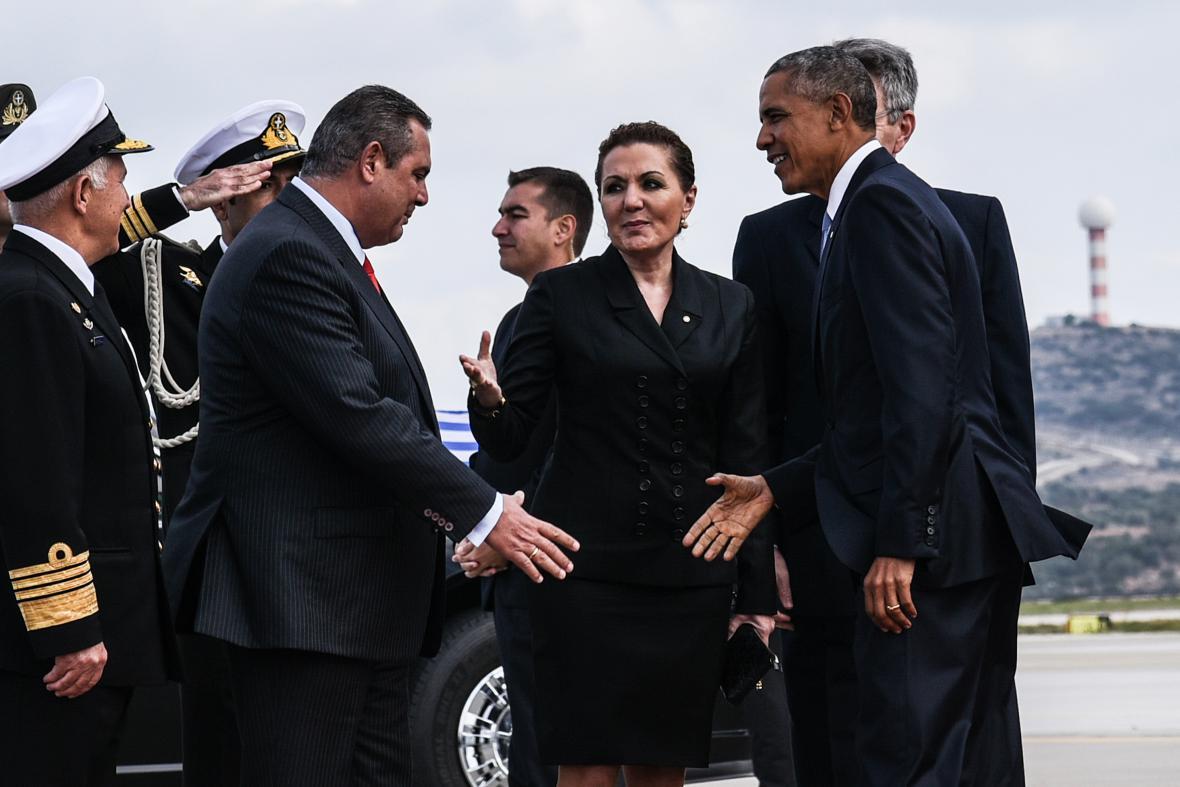 Obamu přivítal na letišti ministr obrany Panos Kamennos