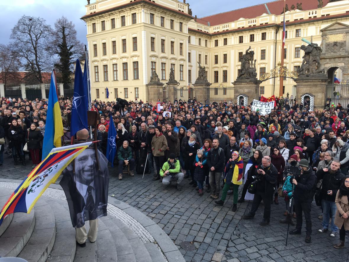 17. listopadu se na řadě míst i demonstrovalo