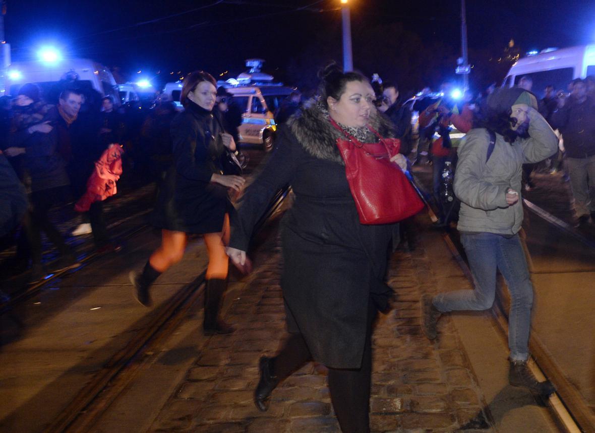 Za Mánesovým mostem zastavili Zemanovi příznivce jejich odpůrci