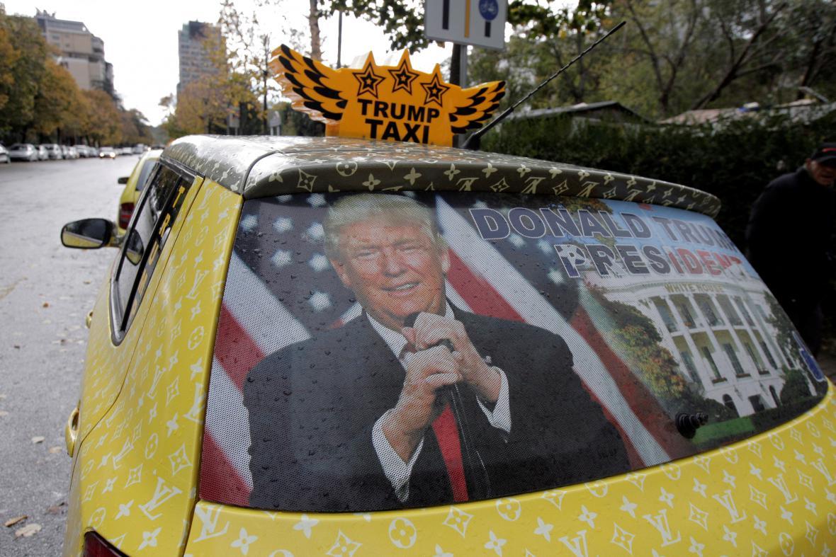 Albánský taxikář v Tiraně oslavuje Trumpovo vítězství