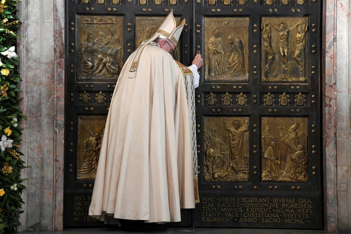 František zavírá Svatou bránu