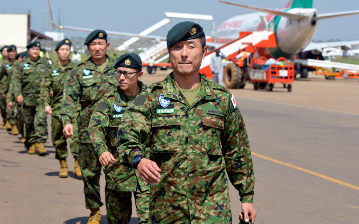 Japonští vojáci po příletu do Jižního Súdánu