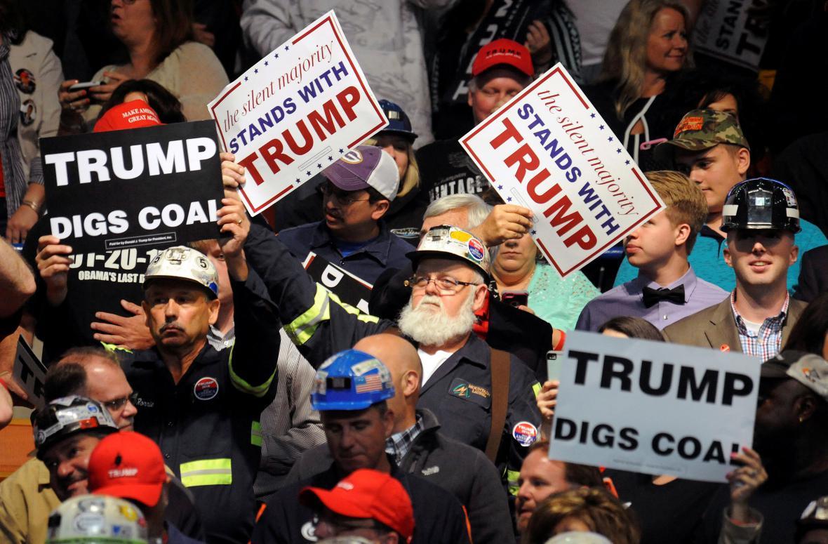 Příznivci Donalda Trumpa s hesly podporujícími těžbu uhlí
