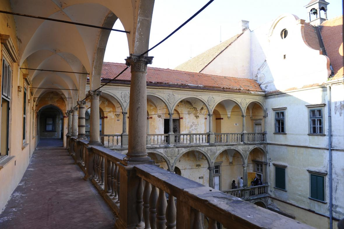 Zámek v Moravském Krumlově dlouhodobě chátrá