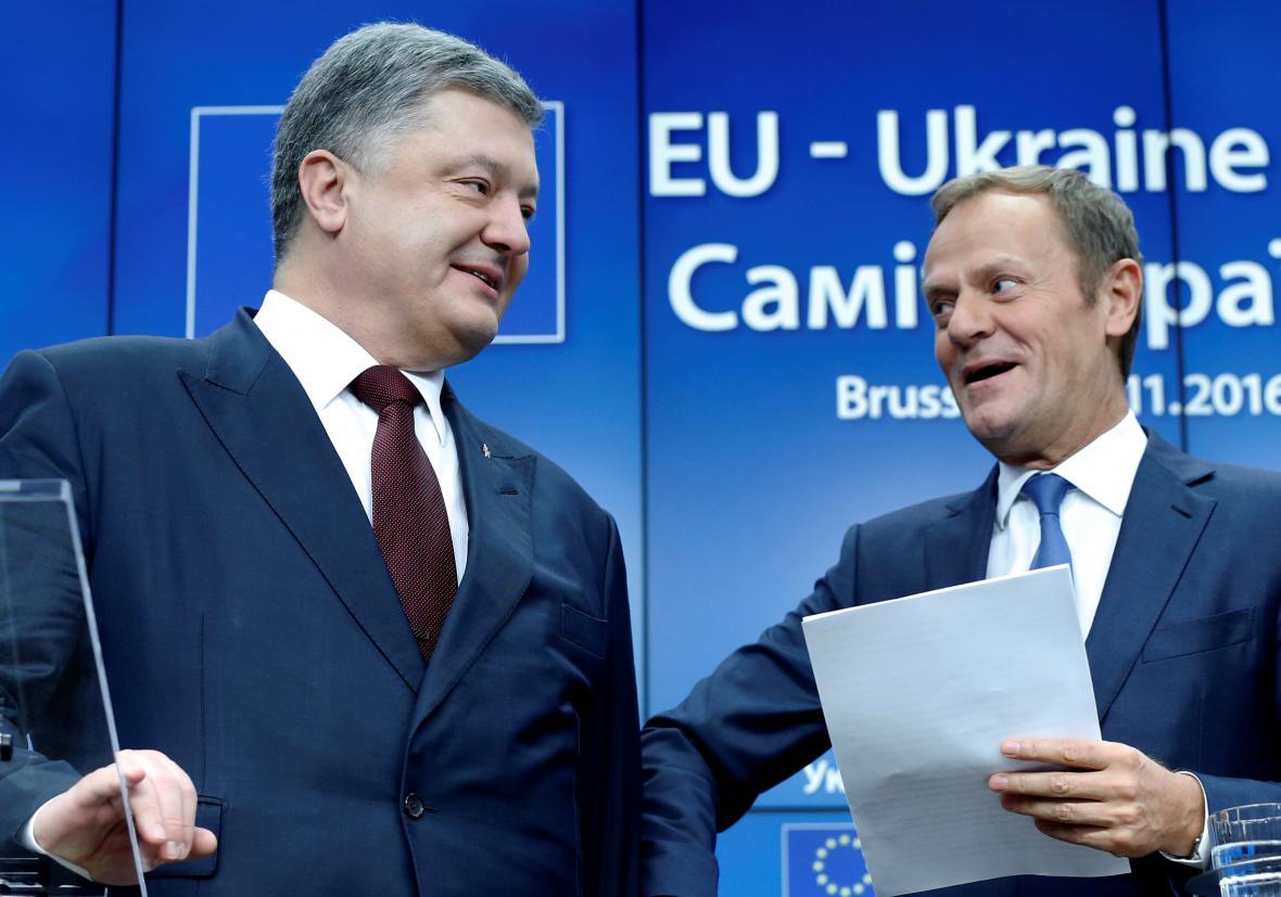 Petro Porošenko a Donald Tusk po jednání v Bruselu