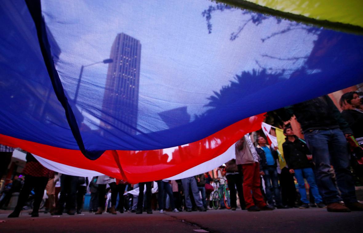 Pochod podporovatelů dohody v Bogotě z půlky listopadu